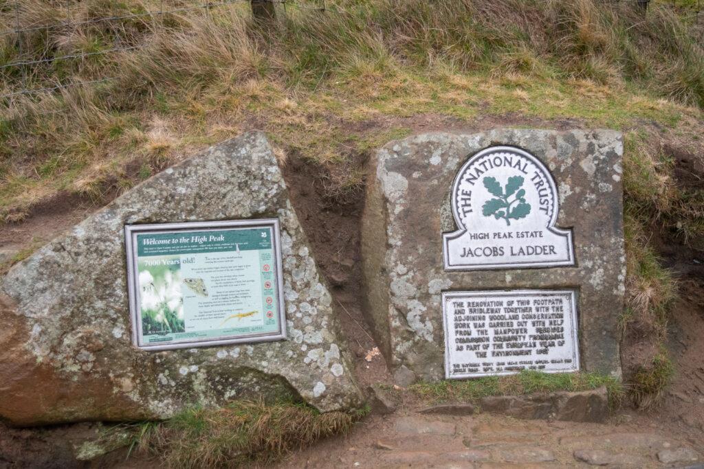 ป้ายสัญลักษณ์ The National Trust ที่ตีนบันได