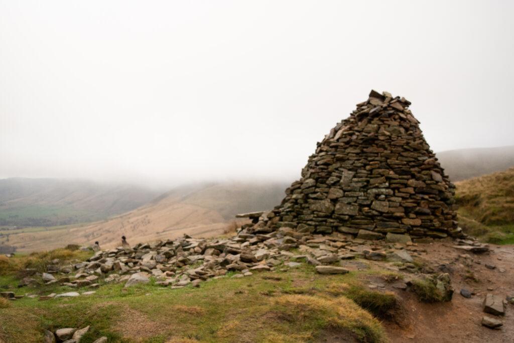 กองหินที่ไม่รู้ว่าใช้ทำอะไร แต่เป็นจุดพักที่ดีและสามารถเห็นวิวหุบเขาทั้งหมดได้